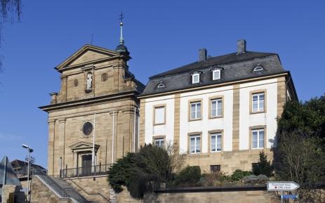 Sankt-Andreas-Kirche mit Pfarrhaus in Ubstadt-Weiher
